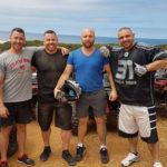 Drużyna po akcji, czyli Tom z przyjaciółmi w Australii. Chętnie jeżdżą na quadach.