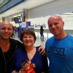 Bracia witają mamę w Londynie, kiedy przyleciała do Europy. Nie spodziewała się, że Tom przyleci do brata i razem odbiorą ją z lotniska