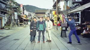 Z kolegami w czasie zwiedzania Kraju Kwitnącej Wiśni