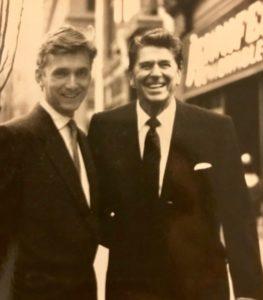 """Na Broadway'u: - Udało mi się """"złapać"""" prezydenta Regana. Był przemiły… - uśmiecha się John"""