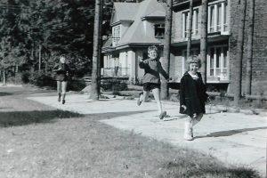 Mała Monika Dębska z rodzeństwem w górach - wyjazd rodzinny do Zakopanego - 60. XX wieku