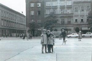 Mała - wielka trójka - Monika Dębska z rodzeństwem na wycieczce w Krakowie - lata 60. XX wieku