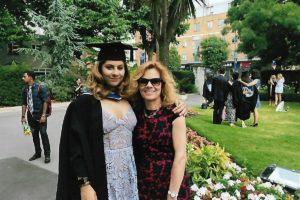 Monika Dębska-Pastakia z córką w Londynie - na uroczystości rozdania dyplomów - 2017 r.