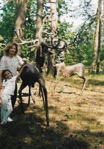 Monika Dębska z córką, w lesie pod Warszawą przy rzeźbach autorstwa ciotki - Anny Dębskiej