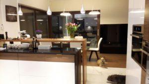 Nowoczesna kuchnia w Starej Wsi w niczym nie przypomina tej w domu w Zakopanym