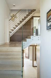 Przeszklona klatka schodowa w domu, który zaprojektował Hernan Gomez