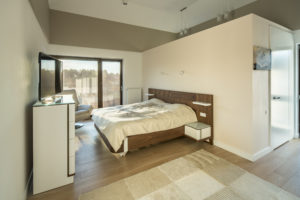 Sypialnia domu marzeń znajduje się na piętrze. Można z niej wyjść na taras