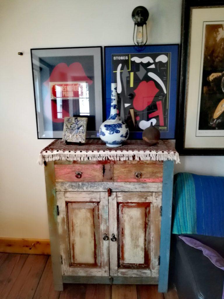 Tekowa komoda, wykonana ze starej indyjskiej łódki - w salonie XVIII-wiecznego domu