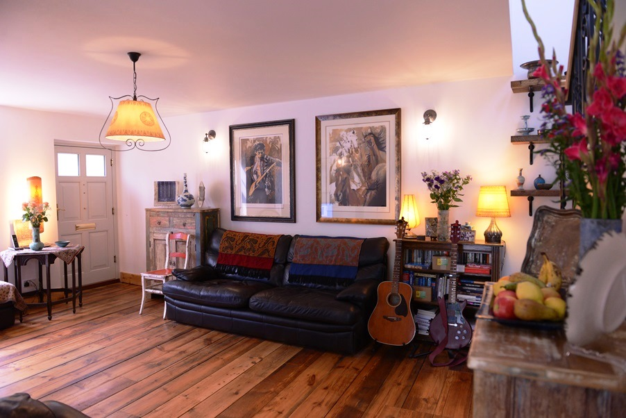 Living room - stare, naturalne materiały i pamiątki z podróży