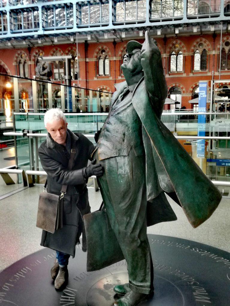 Paul z przypadkowym podróżnym na stacji Kings Cross