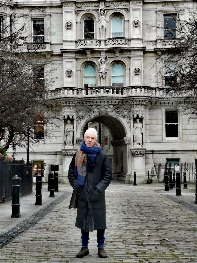 Uwielbiam taką architekturę. To prawdziwy Londyn - mówi Paul.