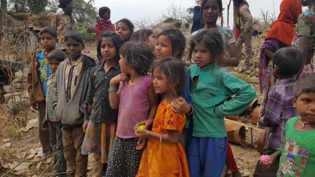 Indie - dzieci pracujące w polu w czasie przerwy w pracy